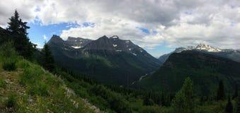 Andando alla strada di Sun, vista di paesaggio, campi di neve in Glacier National Park intorno a Logan Pass, lago nascosto, tracc Fotografie Stock