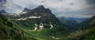 Andando alla strada di Sun, vista di paesaggio, campi di neve in Glacier National Park intorno a Logan Pass, lago nascosto, tracc Fotografia Stock