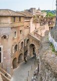 Andando ao longo das paredes de Castel Sant 'Angelo em Roma, Itália imagem de stock