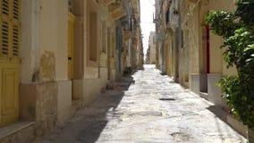 Andando ao longo das ruas medievais de Valletta, Malta vídeos de arquivo