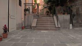 Andando ao longo das ruas pitorescas de Tbilisi, Geórgia Primeira opini?o da pessoa Ningu?m ao redor Rua vazia vídeos de arquivo