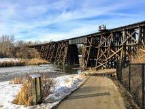 Andando ao longo de um caminho ao lado do rio do esturjão em St Albert, Alberta, Canadá fotografia de stock royalty free