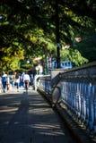Andando ao longo do passeio em Borjomi, Geórgia fotos de stock
