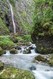 Andando através dos desfiladeiros de Sottoguda, dolomites Imagens de Stock Royalty Free