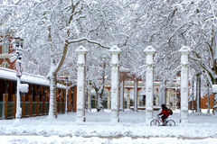 Andando in bicicletta attraverso la neve Fotografia Stock Libera da Diritti