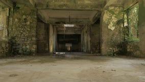 Andando na construção abandonada em Tskaltubo, Geórgia filme