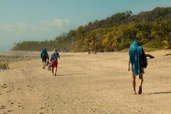 Andando no deserto, areia da praia de Costa Rica imagens de stock royalty free