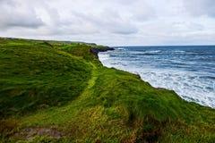 Andando os penhascos de Moher de Doolin, Irlanda fotos de stock