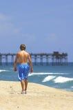 Andando a praia fotos de stock