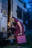 Andando sul vacantion con il cane Fotografia Stock Libera da Diritti