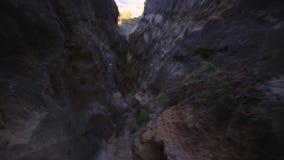 Andando uma fenda do vale em Califórnia do sul vídeos de arquivo