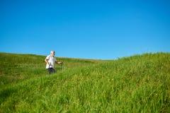 Andar com seguimento cola no ar fresco entre montes gramíneos imagem de stock