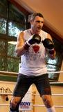 Pugile pesante Vitali Klitschko del campione del mondo corrente che si prepara per la lotta di campionato Immagini Stock Libere da Diritti