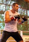 Pugile pesante Vitali Klitschko del campione del mondo corrente che si prepara per la lotta di campionato Immagini Stock
