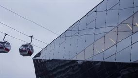Andare funicolare sulla linea con la riflessione astratta su architettura di vetro moderna Forme geometriche, fondo architettonic archivi video