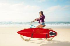 Andare praticare il surfing fotografia stock libera da diritti