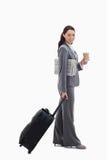 Andare sorridente della donna di affari per un viaggio Immagini Stock