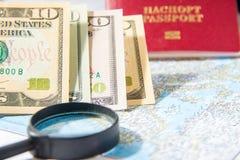 Andare viaggiare Mappa, passaporto, lente e soldi Cose per la vacanza Viaggio all'estero Richieda le vacanze estive di resto immagini stock libere da diritti