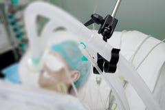 Andas strömkretsen av patienten på ventilatorn i ICU Arkivbilder