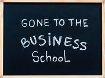 Andato al messaggio della scuola di commercio scritto con gesso bianco sulla lavagna della struttura di legno immagini stock libere da diritti