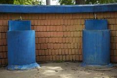 AndBluemålarfärg för två springbrunnar på betong Arkivfoton