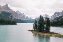 Andeö i Maligne sjön, Alberta royaltyfria bilder
