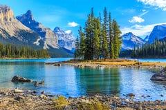Andeö i Maligne sjön, Alberta, Kanada Arkivfoton