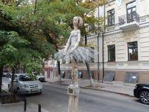 ande ao longo da rua da ideia da cidade de Kiev da escultura da bailarina fotografia de stock royalty free