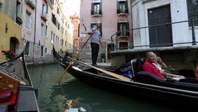 Ande ao longo dos canais em uma gôndola em Veneza filme