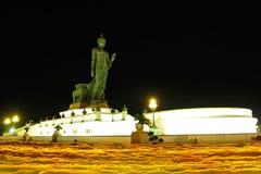 Ande com velas iluminadas à disposição ao redor no parque de Phutamonthon Foto de Stock