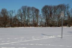 Ande em bicicletas esquerdas do revestimento assinam com pegadas na neve imagem de stock