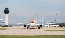 Ande för ` för Easyjet flygbuss A320-214 av Manchester ` som förbereder sig att ta av på den Manchester flygplatsen Royaltyfri Foto