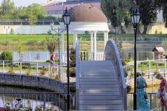 Ande no parque da cidade perto do lago fotos de stock