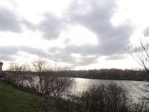ande no parque pelo rio Dnieper em um dia do outono foto de stock