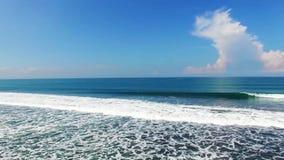 Ande o mar agitado na costa indonésia da praia de Bali, para os penhascos do mar Conceito ambiental da sustentabilidade video estoque