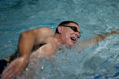 Andedräkt och cadence av simmaren royaltyfri foto