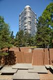 Andelsfastighetbyggnad och Keller Fountain utan vattenspringen Torka i Portland, Oregon Royaltyfria Foton