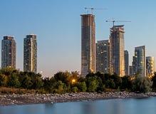 Andelslägenheter längs kusterna av Lake Ontario i Toronto, Ontario royaltyfri fotografi