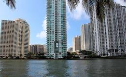 Andelslägenheter och affärsbyggnader i tropisk stad Arkivbild