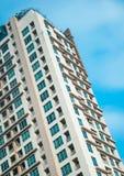Andelslägenheter som bygger, och blå himmel på den Sukhumvit vägen Ekamai Royaltyfri Foto