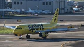 Anden A320 åker taxi av av landningsbanan 10R royaltyfri fotografi