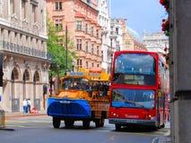Anden turnerar och bussar för dubbel däckare Arkivbild