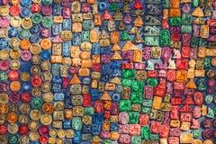 Andenken auf dem Markt bei Chichen Itza Maya Indians, Schädel, Magneten, Platten Lizenzfreie Stockfotos
