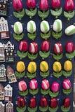 Andenken bei Bloemenmarkt - sich hin- und herbewegender Blumenmarkt auf Singel-Kanal amsterdam netherlands Stockbilder