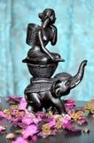 Andenken der Elefant mit einem Mädchen auf einem blauen Hintergrund Lizenzfreie Stockbilder