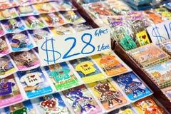 Andenken ` I Liebes-Hong Kong-` Schlüsselringe im Verkauf an einem Nachtmarktstall auf Tempel-Straße, Hong Kong Stockbilder