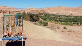 Andenken-Stand bei Ait Ben-Haddou in den Vorbergen der Atlas-Berge in Marokko Lizenzfreies Stockbild