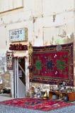 Andenken und alte Sachen auf den Regalen von Baku lizenzfreies stockbild