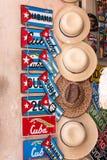 Andenkenlizenzplatten und -hüte für Verkauf in altem Havana stockfotografie