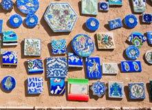 Andenkenmagneten mit Bildern von Tieren und von Symbolen im Shop des Mittlere Ostens Stockfotografie